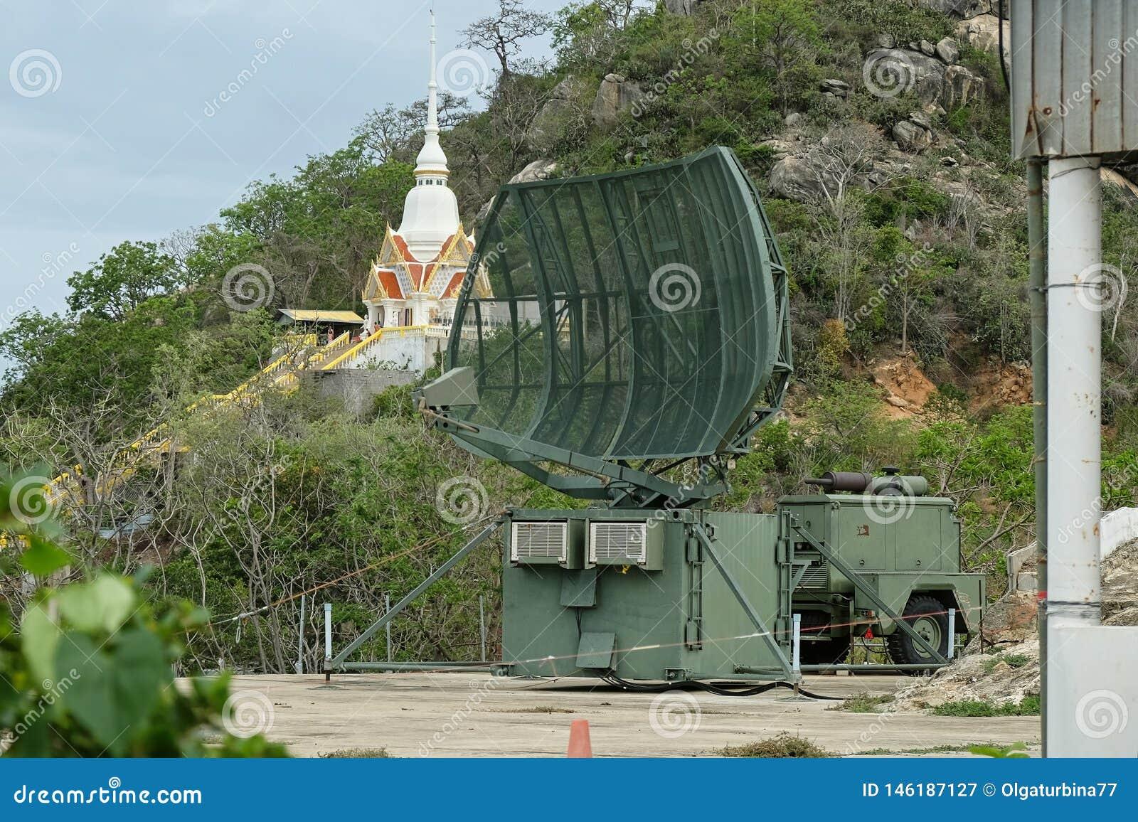 Военная мобильная радиолокационная станция на холме около города Hua Hin, Таиланда