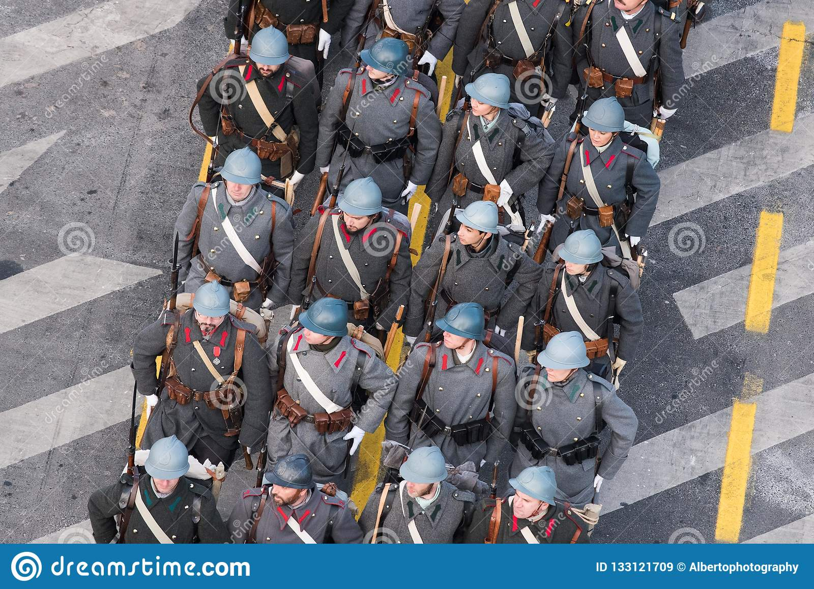 Военный парад празднуя национальный праздник Румынии