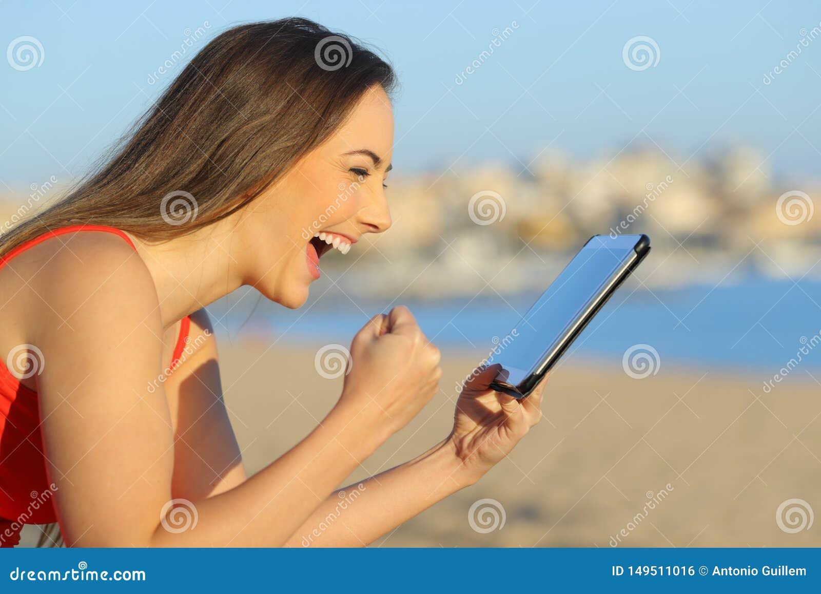 Возбужденное предназначенное для подростков находя чудесное содержание на планшете