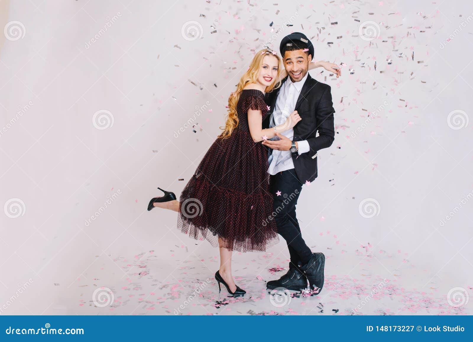 Возбужденное торжество партии наслаженных пар в любов в роскошных выравниваясь одеждах имея потеху совместно на белой предпосылке