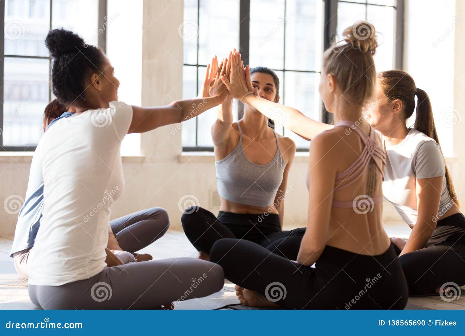 Возбужденный женский yogi дать высокие 5 праздновать хороший тренирующ результаты