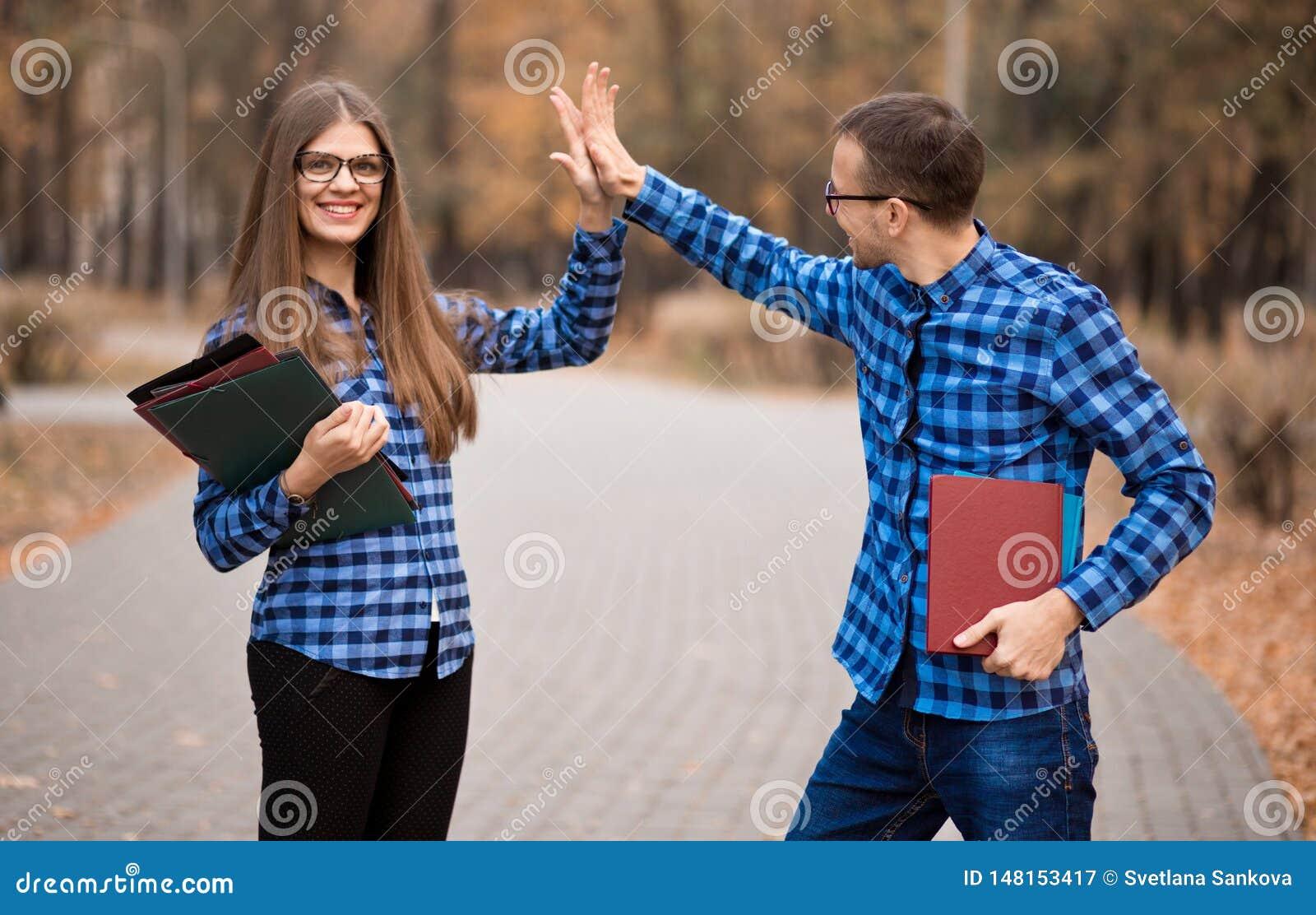 Возбужденный человек и женщина кричащие с утехой поднимая руки, счастливые молодые пары празднуют онлайн победу выигрыша, достиже