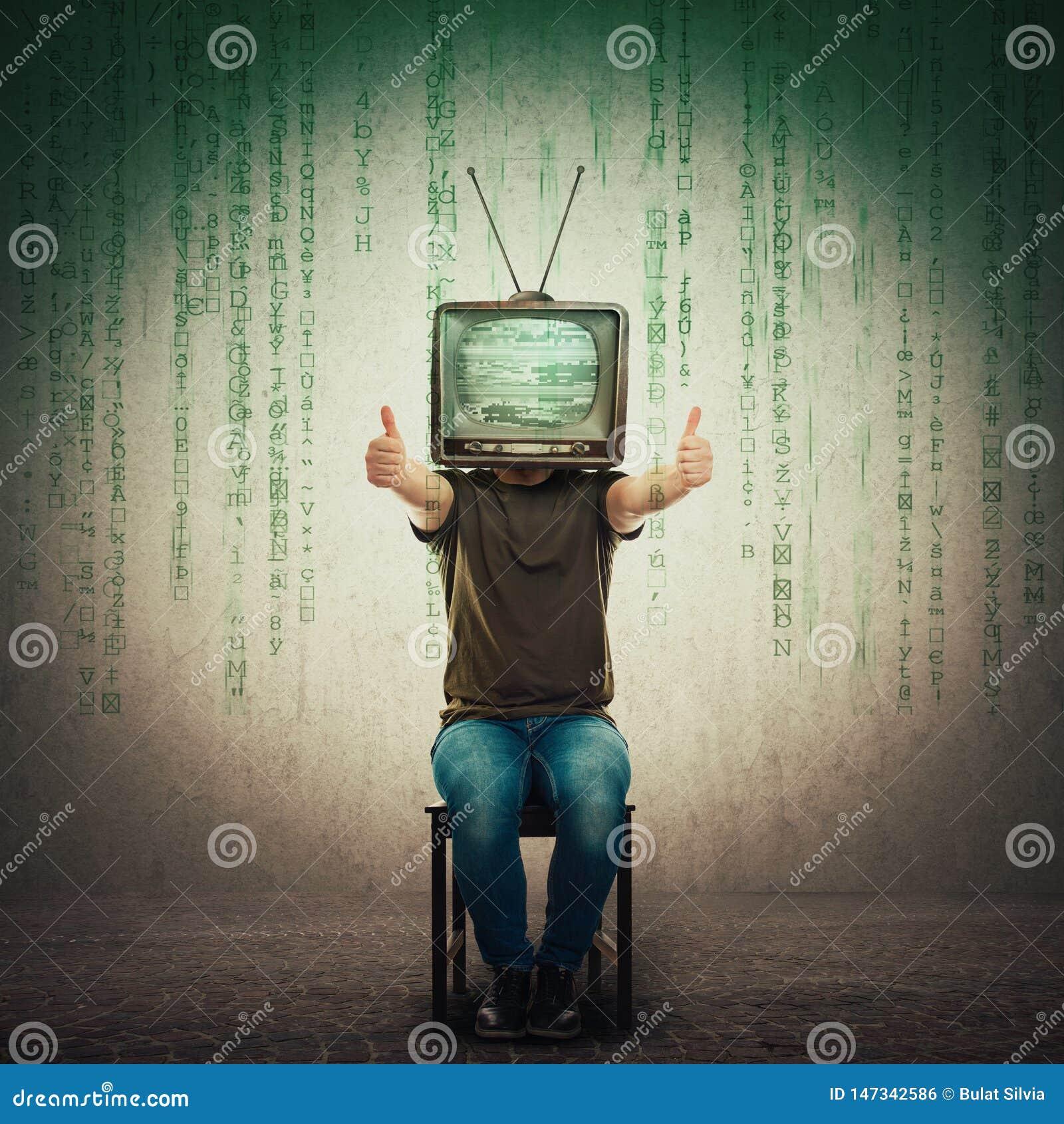 Возбужденный человек усаженный на стул со старым ТВ вместо главных показывая больших пальцев руки вверх, положительный результат