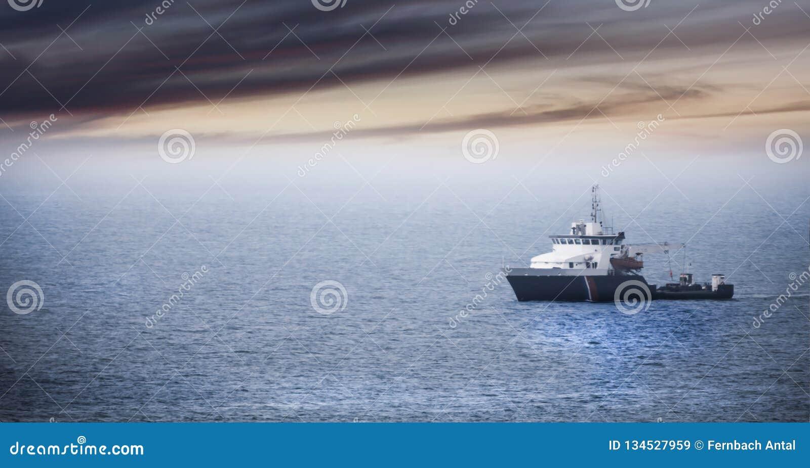 Возвращение домой: Утомленный корабль fishermans причаливая после тяжелого дня