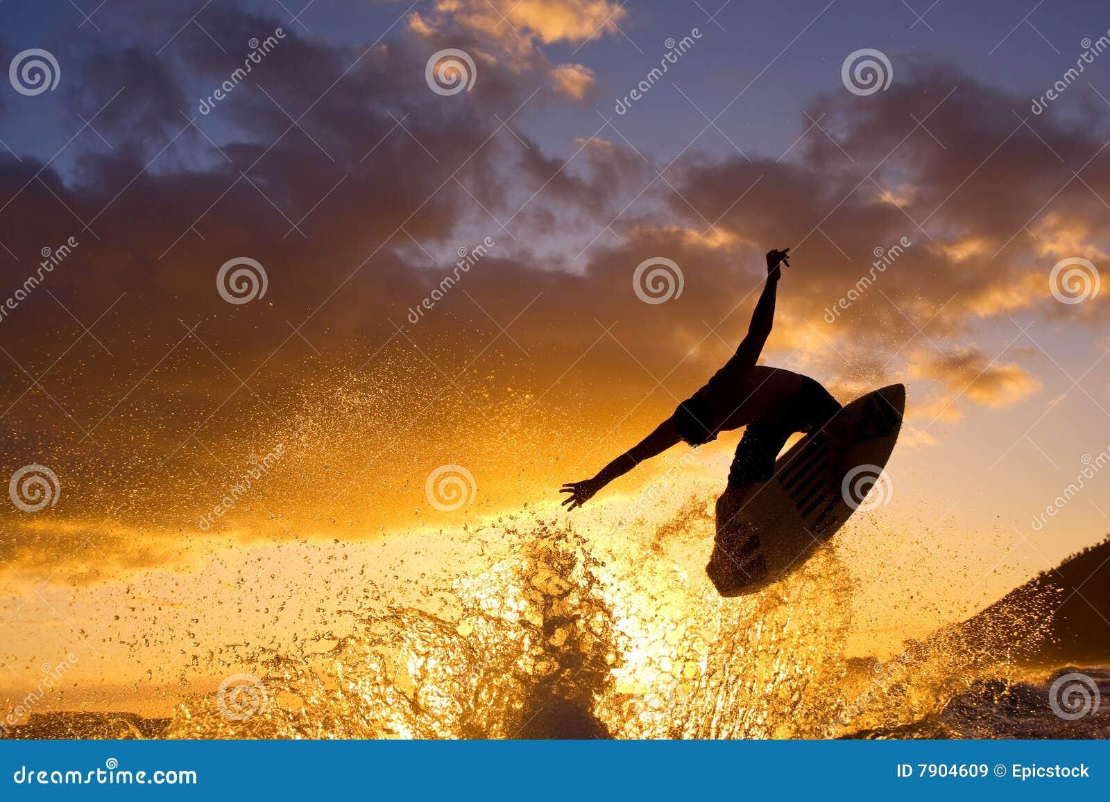 воздух большой получает серфер захода солнца