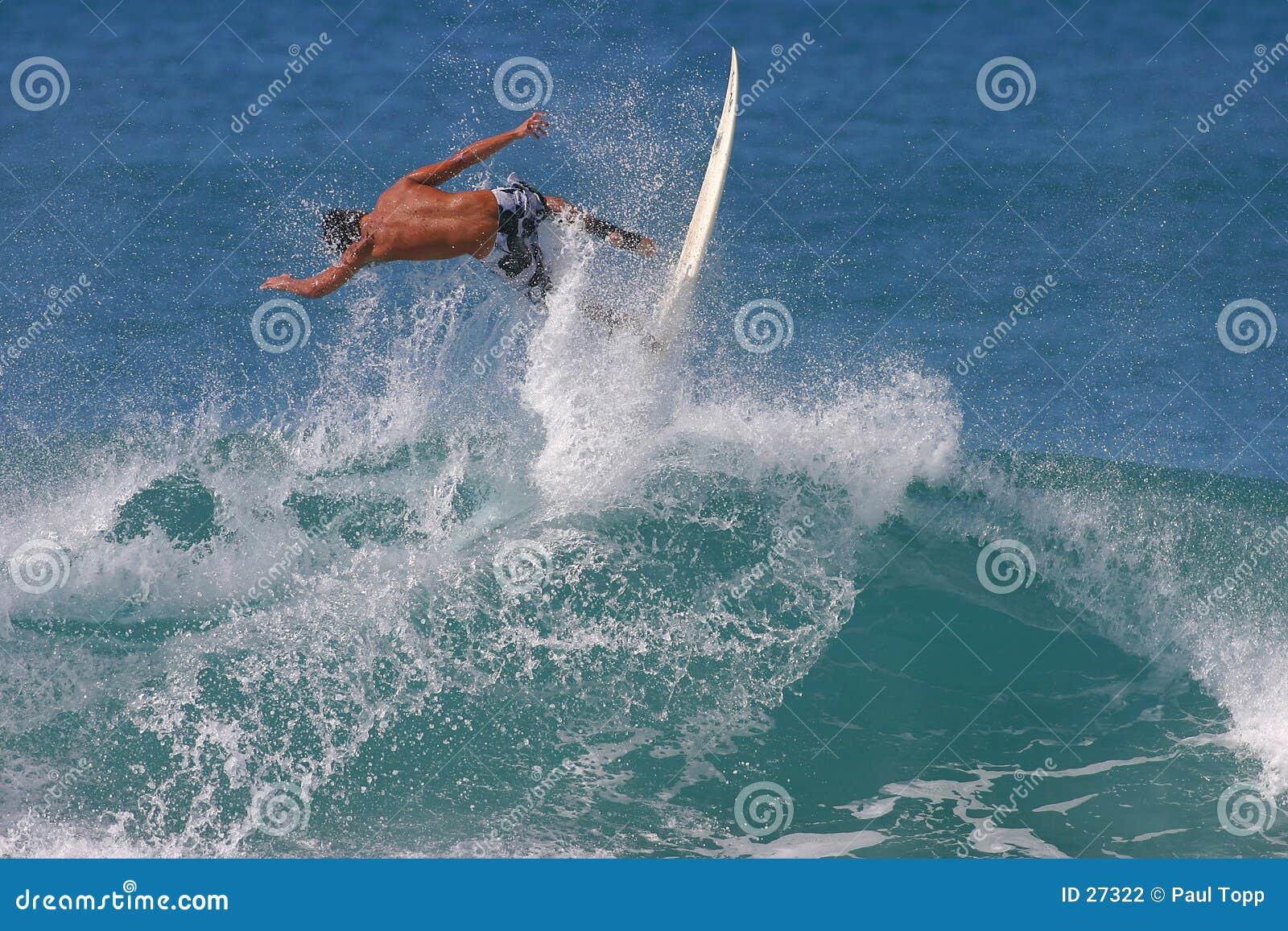 воздух улавливая заниматься серфингом серфера Гавайских островов