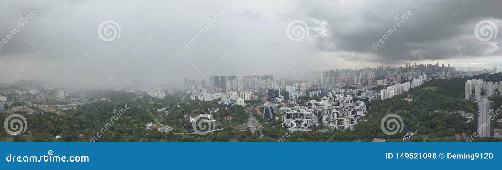 Воздушная широкоформатная панорама причаливая ливня и грозовых облаков