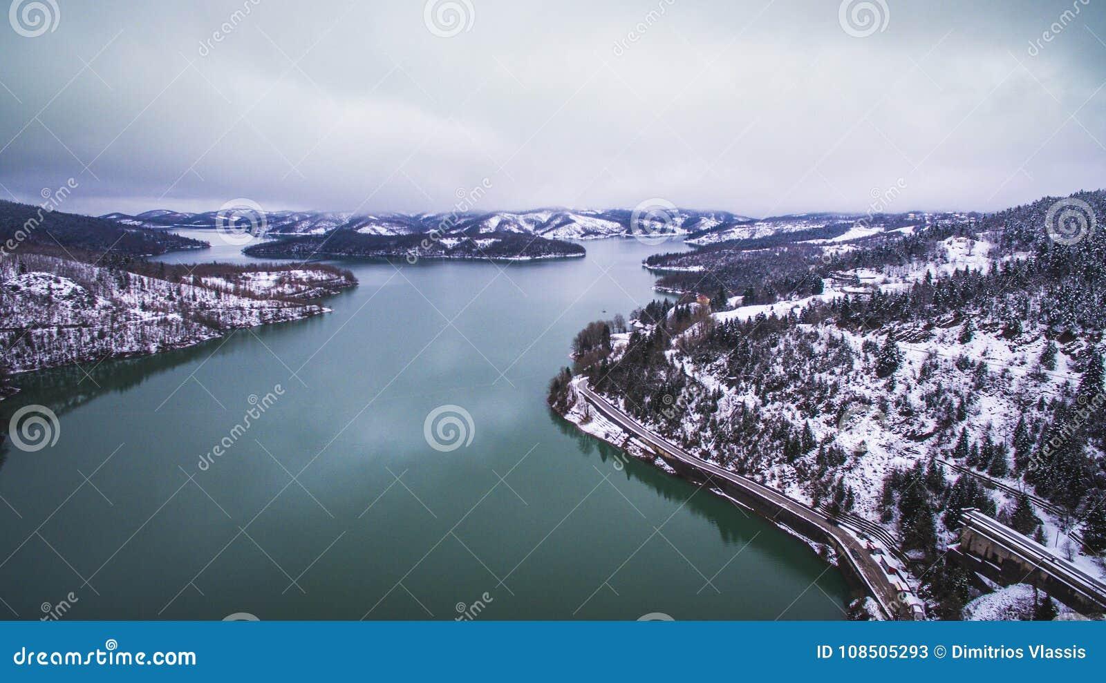 Воздушное изображение трутня озера и запруды Plastiras