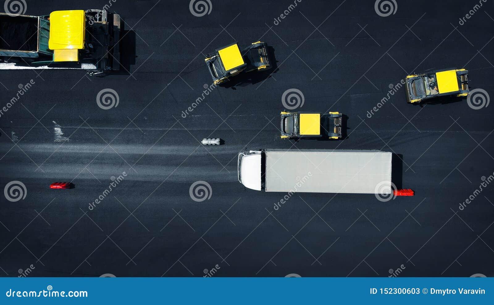 Воздушное фото Предпосылка ремонта дороги Машины ролика дороги свертывают асфальт r