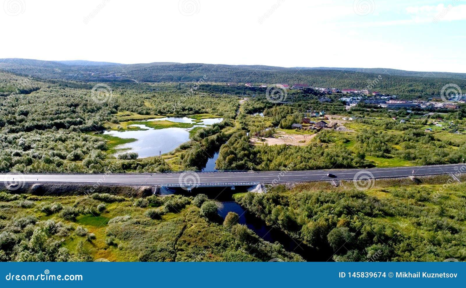 Воздушное фото трутня сельского моста в лесе