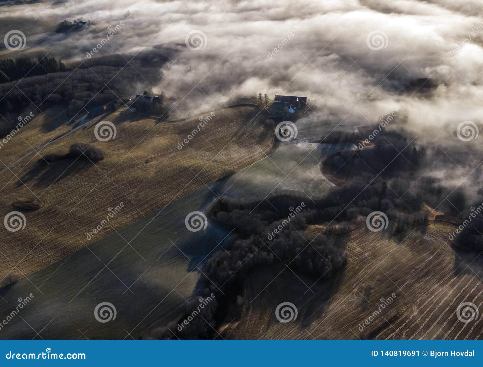 Воздушное фото туманных сельскохозяйственных угодиь