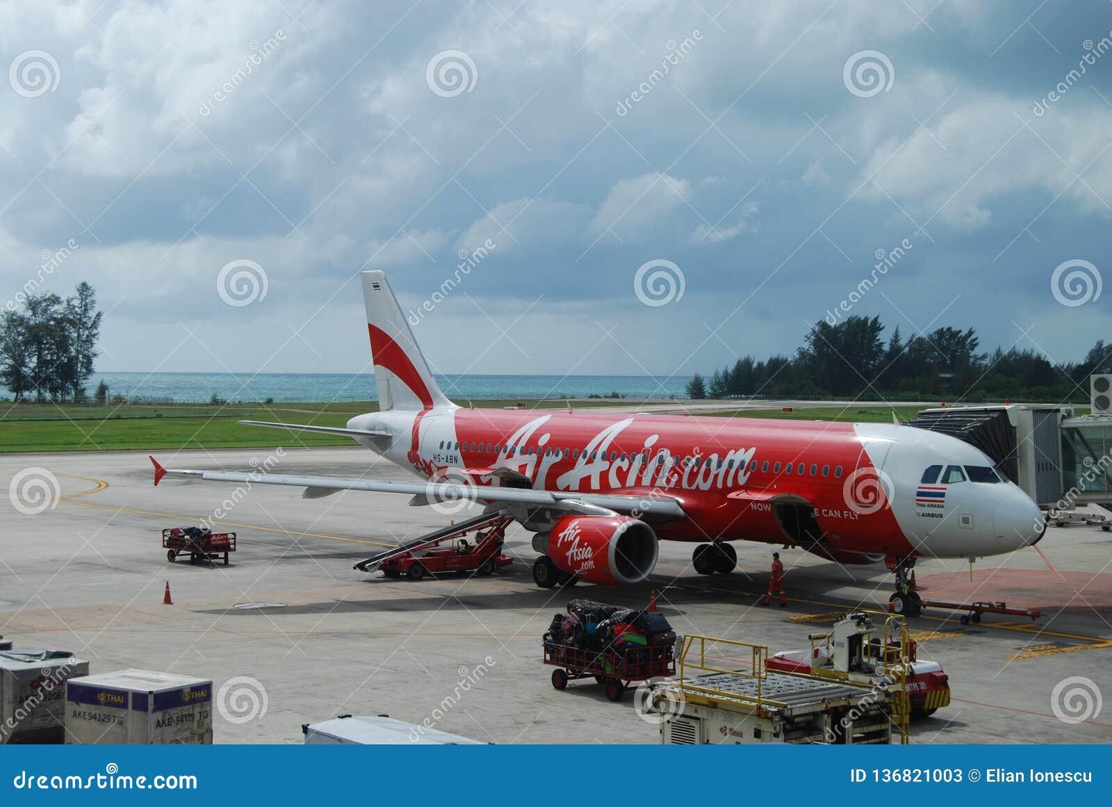 Воздушные судн Air Asia на аэропорте Пхукета, Таиланде