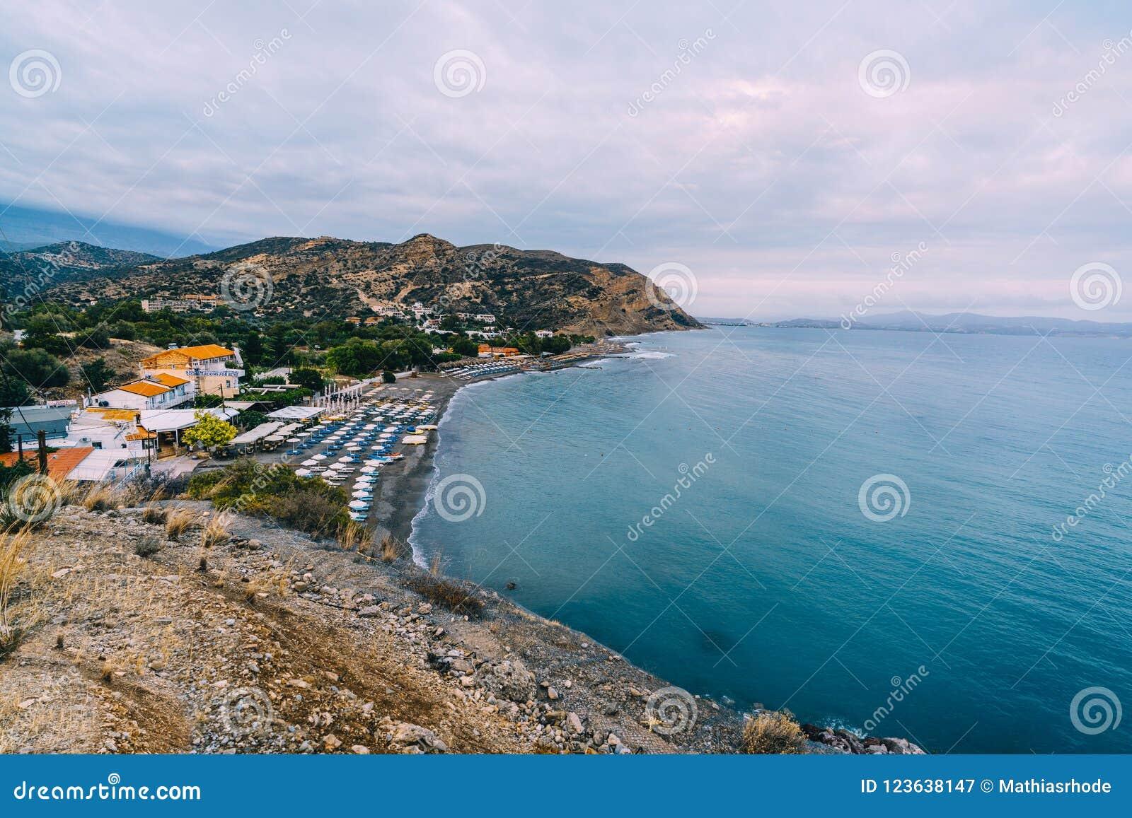 Воздушный верхний взгляд панорамы пляжа Aghia Galini на острове Крита в Греции Южный берег ливийского моря