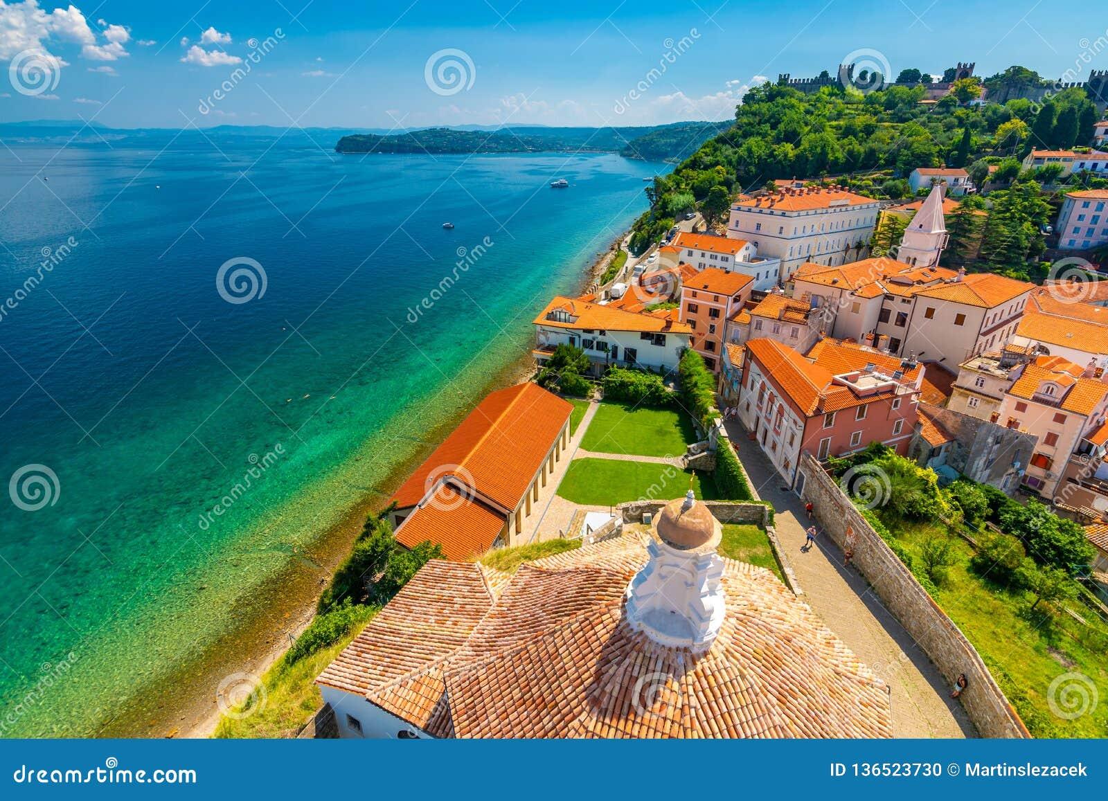 Воздушный взгляд панорамы города Piran, Словении Посмотрите от башни в церков В переднем плане небольшие дома, Адриатическое море