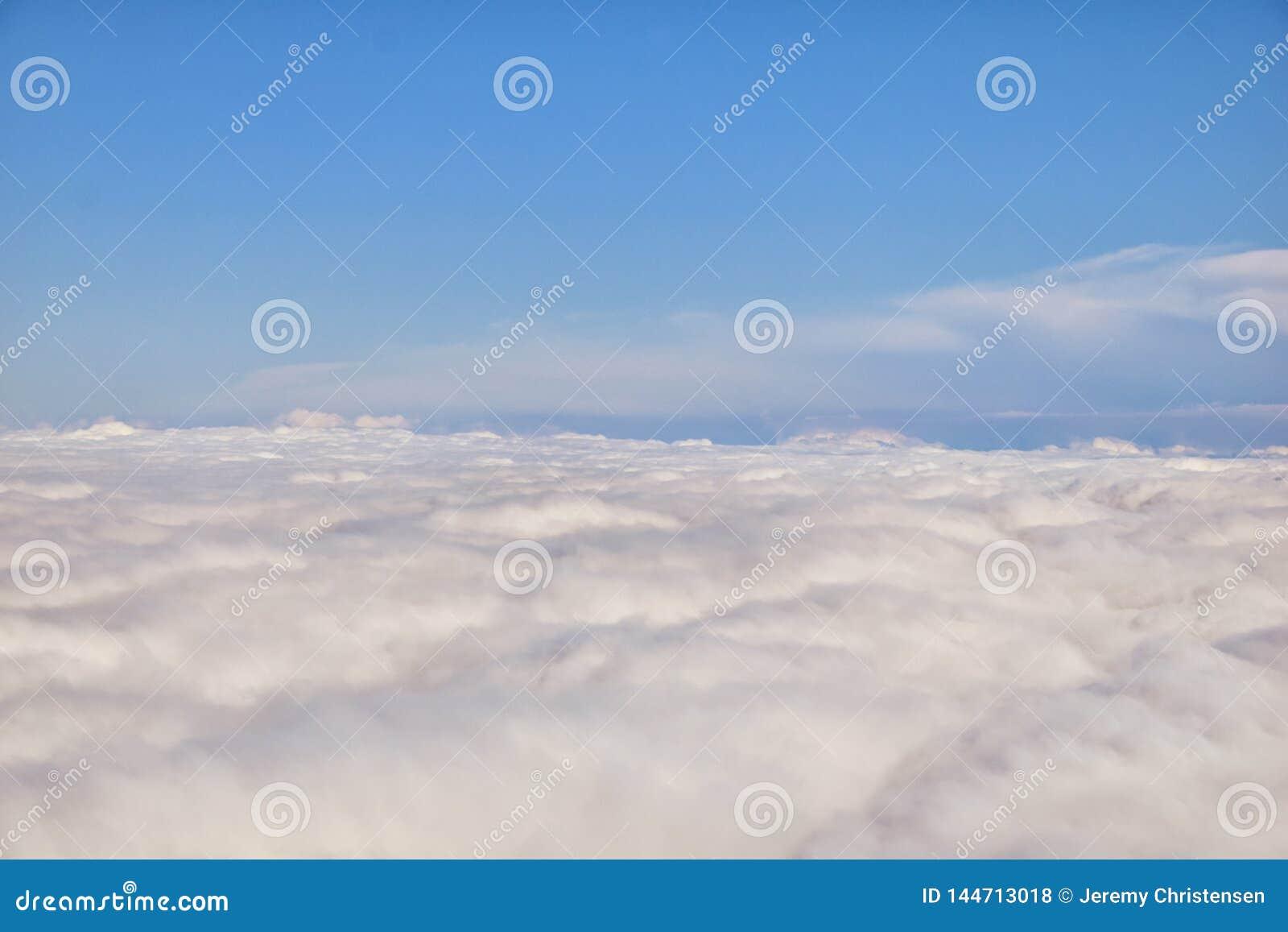 Воздушный взгляд Cloudscape над Нашвилл на полете над Теннесси во время осени Большие широкие взгляды ландшафта и облаков Взгляды