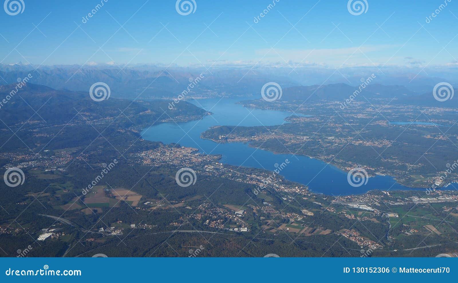 Воздушный ландшафт озера Maggiore в Италии из окна самолета