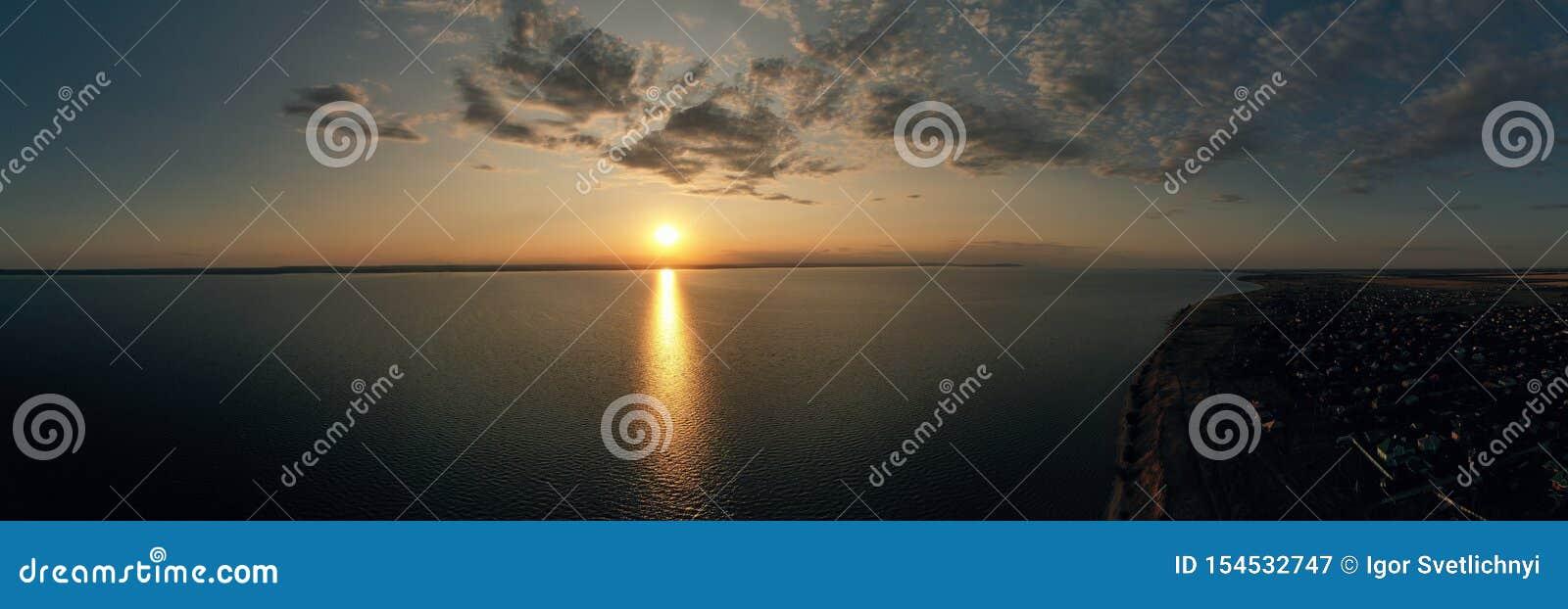Воздушный панорамный вид красивого ландшафта природы с драматическим небом захода солнца облаков и взгляды поверхности моря