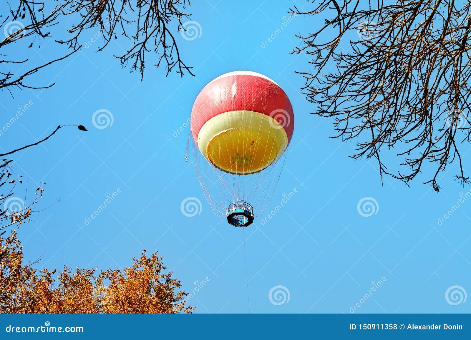 Воздушный шар в облаках над парком Yarkon, Тель-Авив