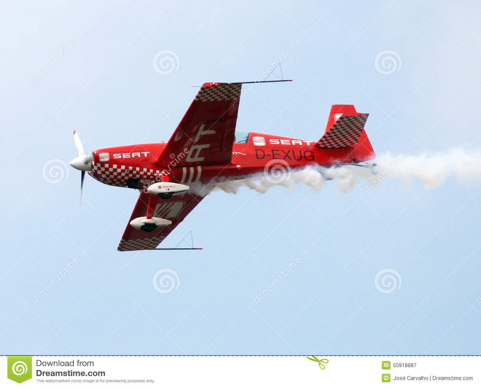 Воздушные судн в полете с выполнением фигур высшего пилотажа в голубых небесах