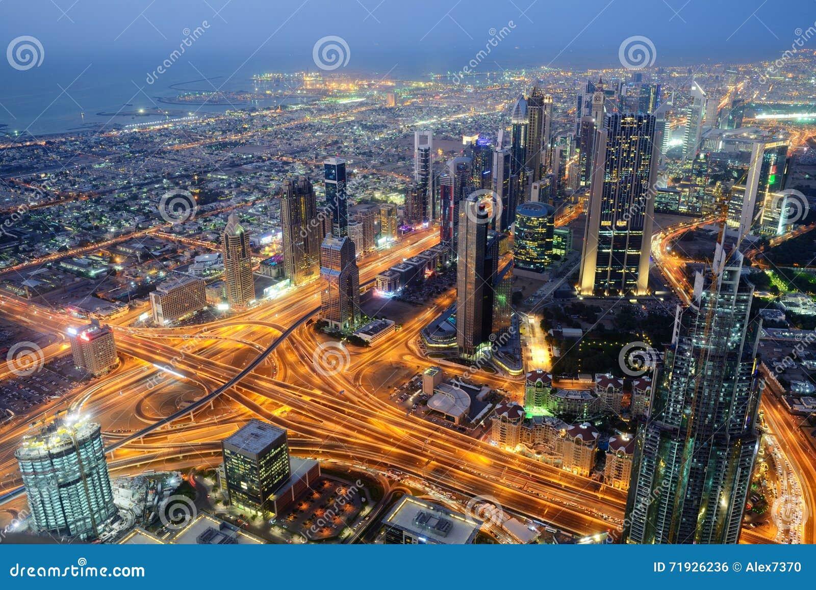Воздушный взгляд ночи небоскребов всемирного торгового центра Дубай