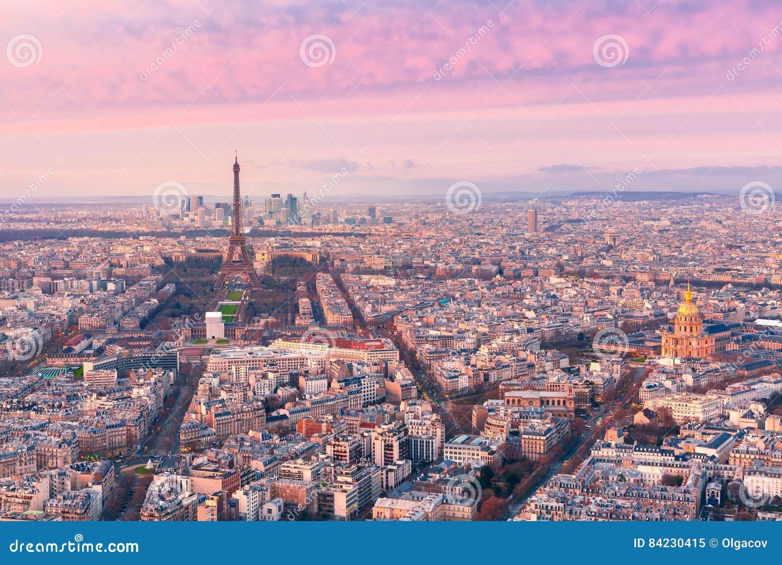 Воздушный взгляд ночи Парижа, Франции