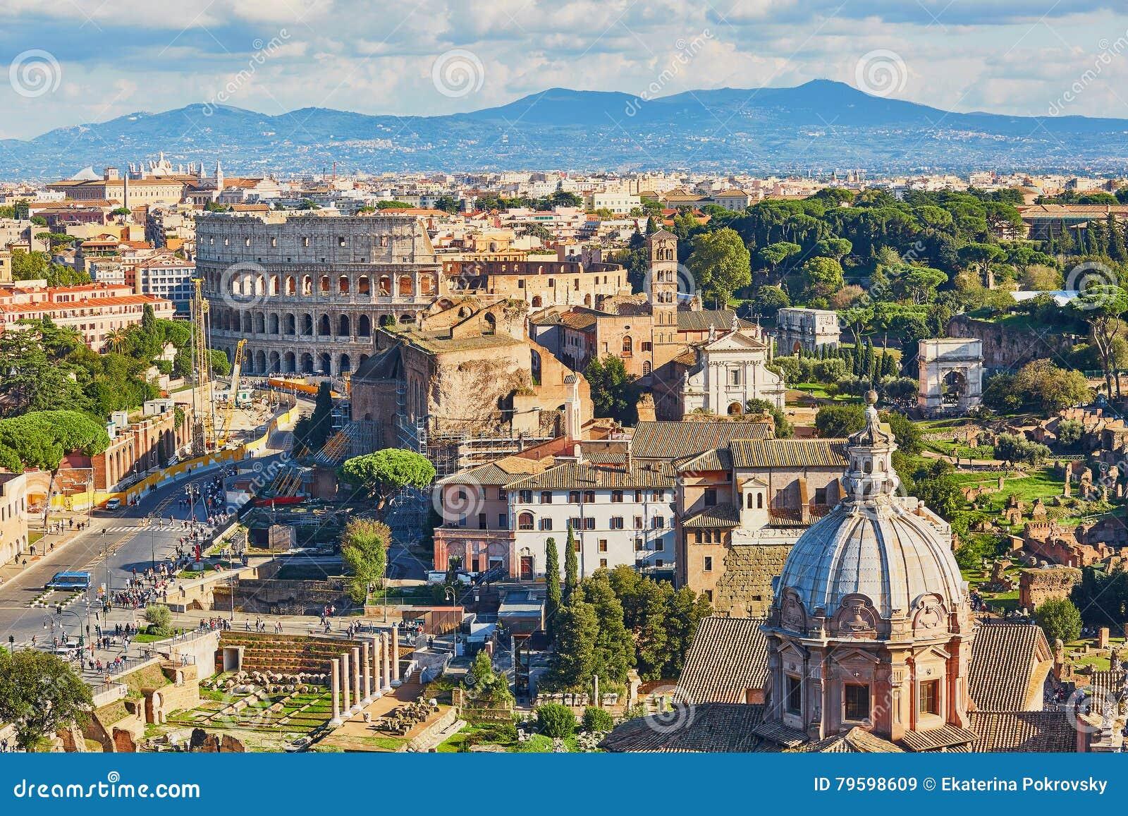 Воздушный сценарный взгляд Colosseum и римского форума в Риме, Италии