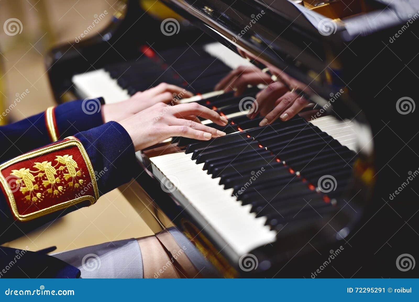 Download Воинская форма оркестра во время концерта Стоковое Изображение - изображение насчитывающей деталь, игра: 72295291