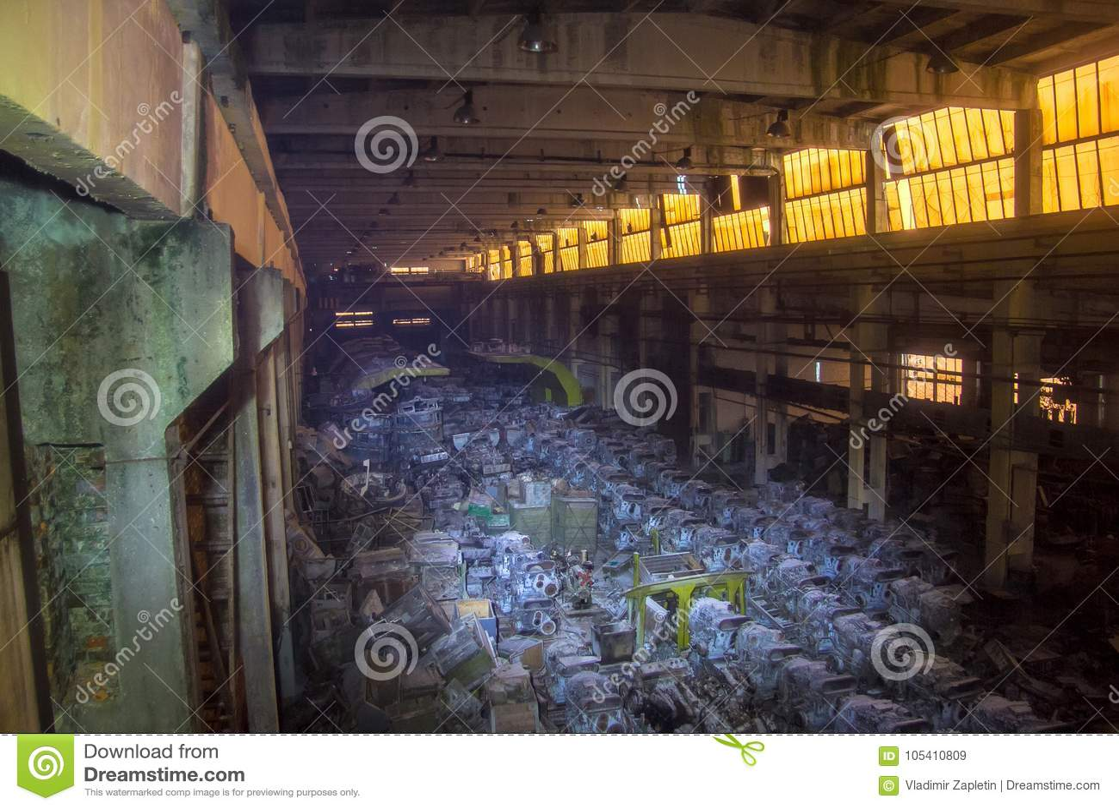 Воинский склад с заржаветыми двигателями дизеля танка, Харьков, Украина