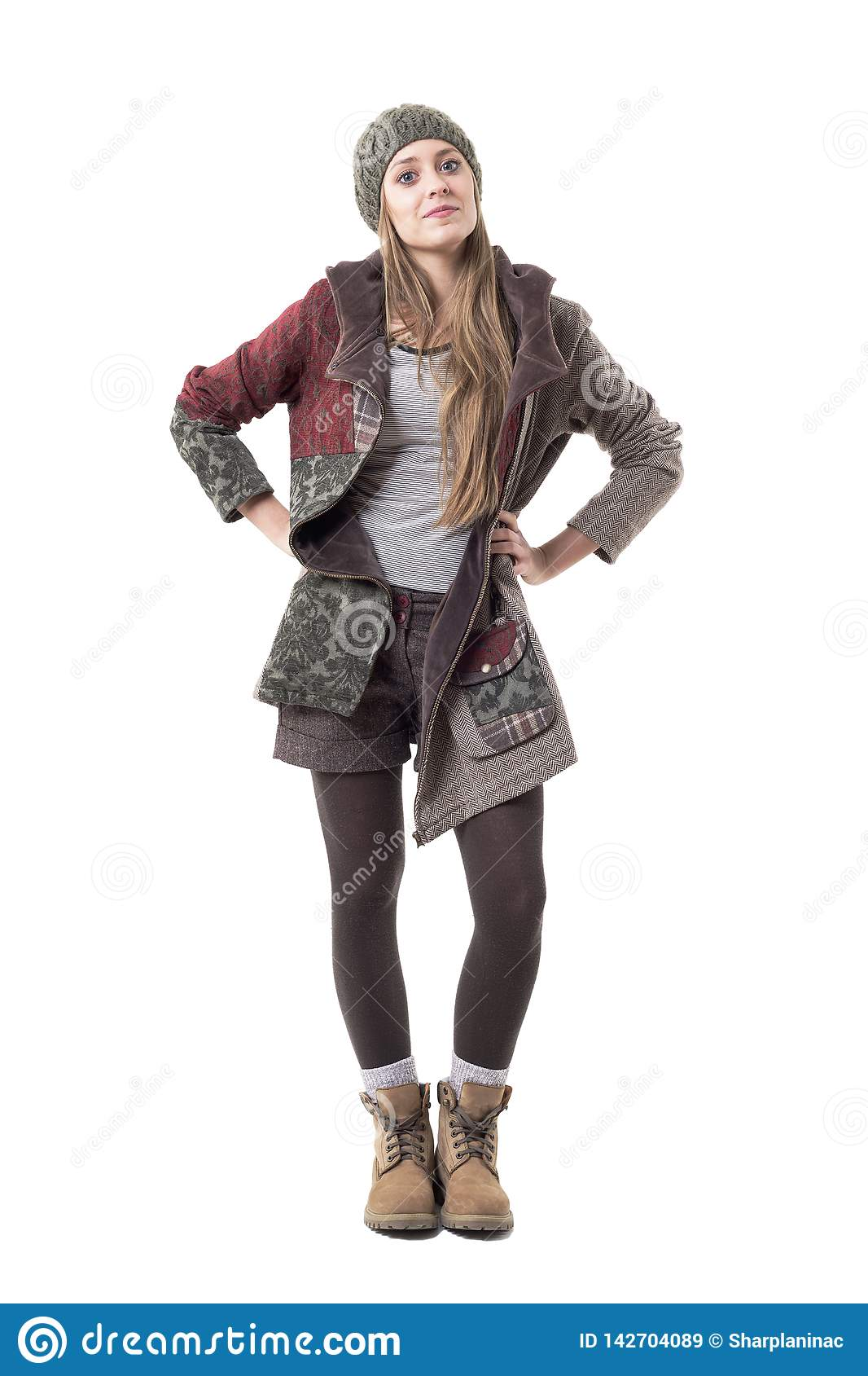 Воинственно настроенная молодая стильная девушка хипстера с ориентацией в одеждах зимы