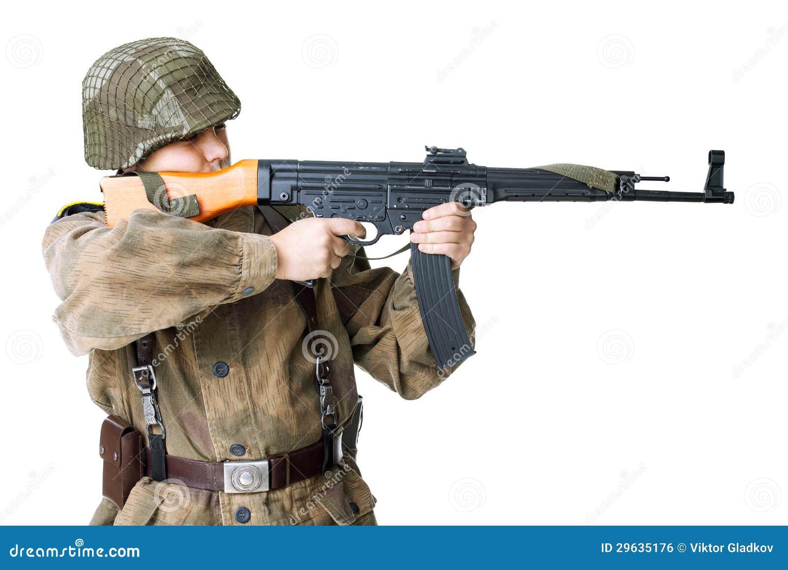 Воин снимает пушку submachine изолированную на белизне