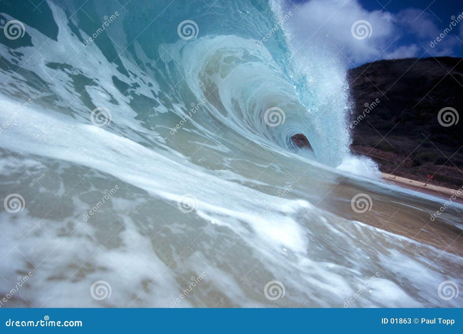 волна трубопровода берега