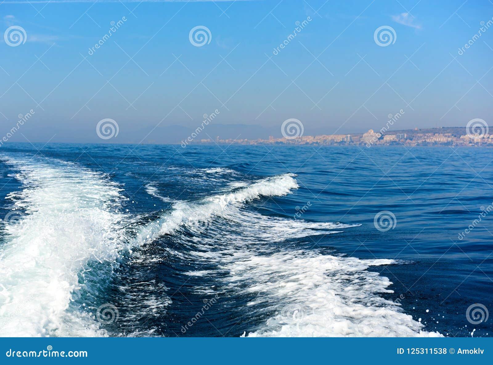 Волнистый след на Средиземном море после сосуда, Испании