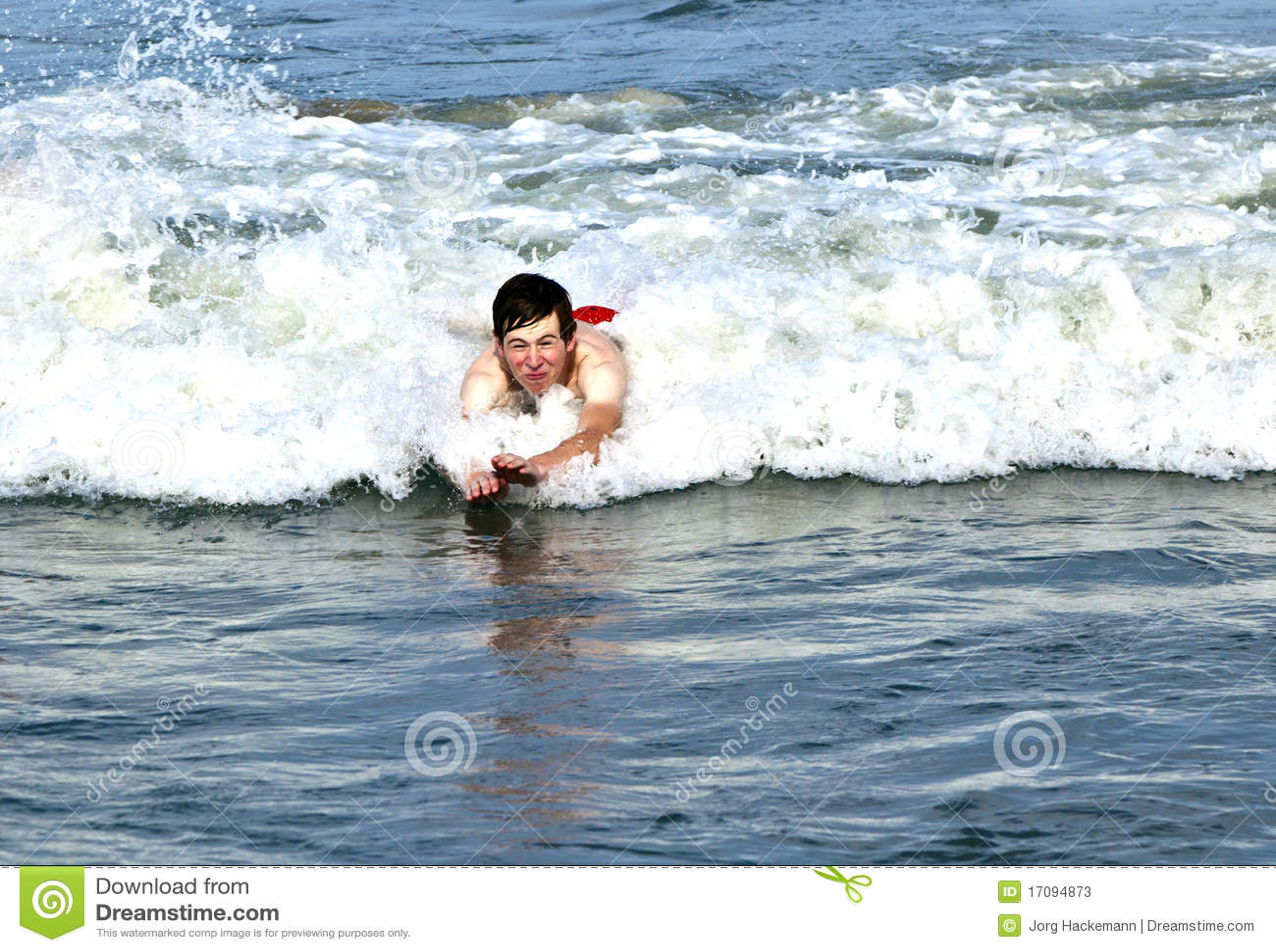 волны мальчика тела занимаясь серфингом молодые