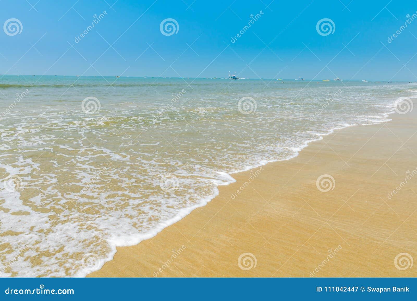 Волны на пляже Colva