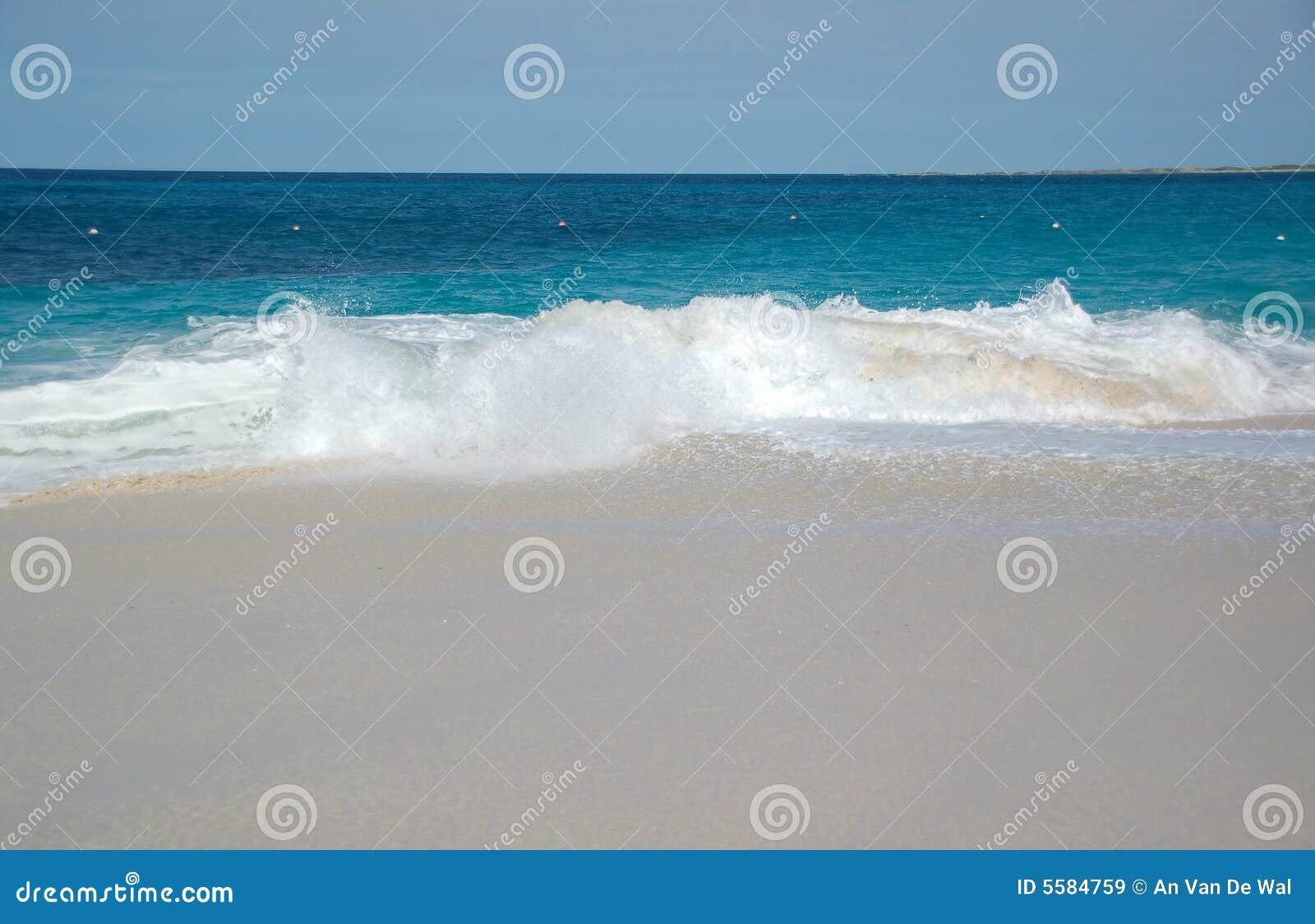 волны пляжа ломая