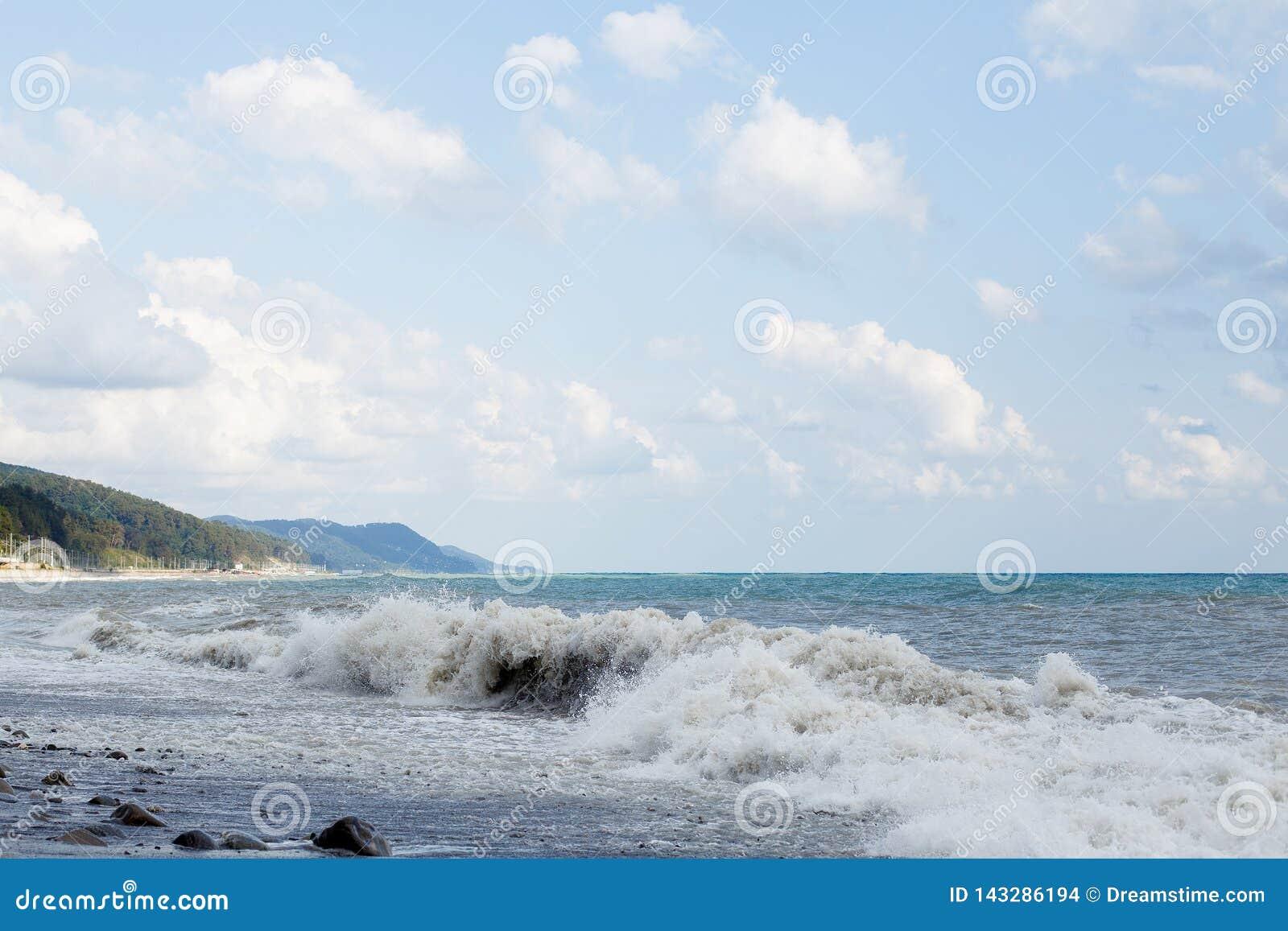 волны пляжа разбивая