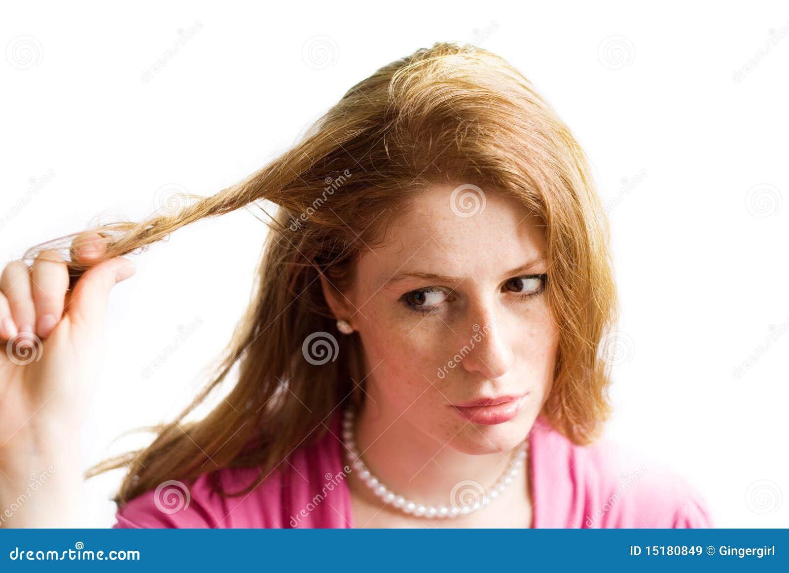 Девушка вытягивает волосы