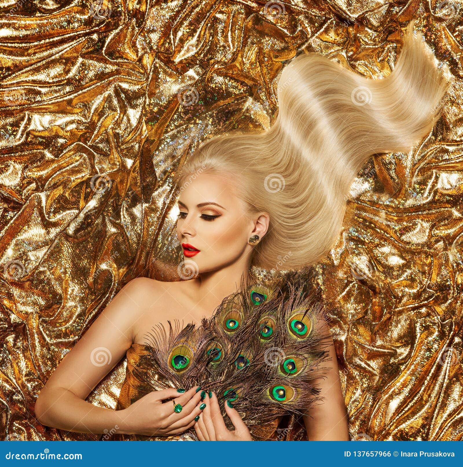 Волосы золота, стиль причесок волн фотомодели золотой, белокурая девушка на сверкная ткани