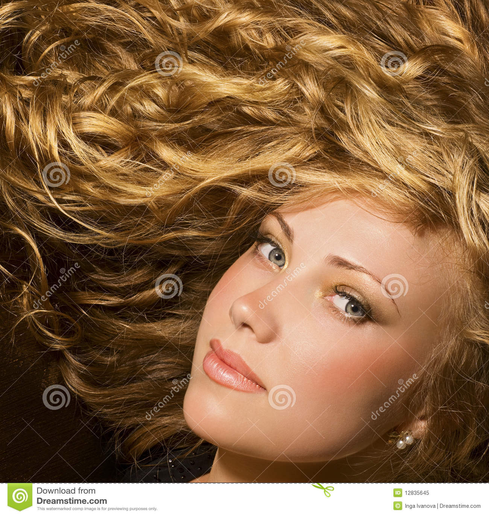 волосы красотки золотистые глянцеватые