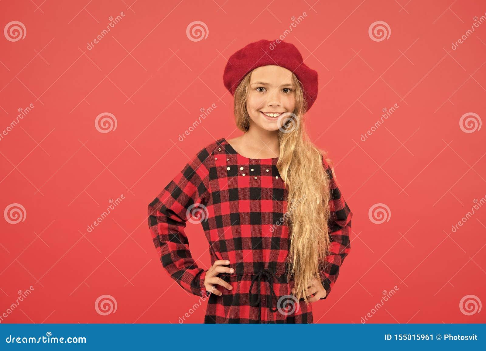 Воодушевленность стиля берета r Девушка ребенк маленькая милая с длинными светлыми волосами представляя в шляпе берета