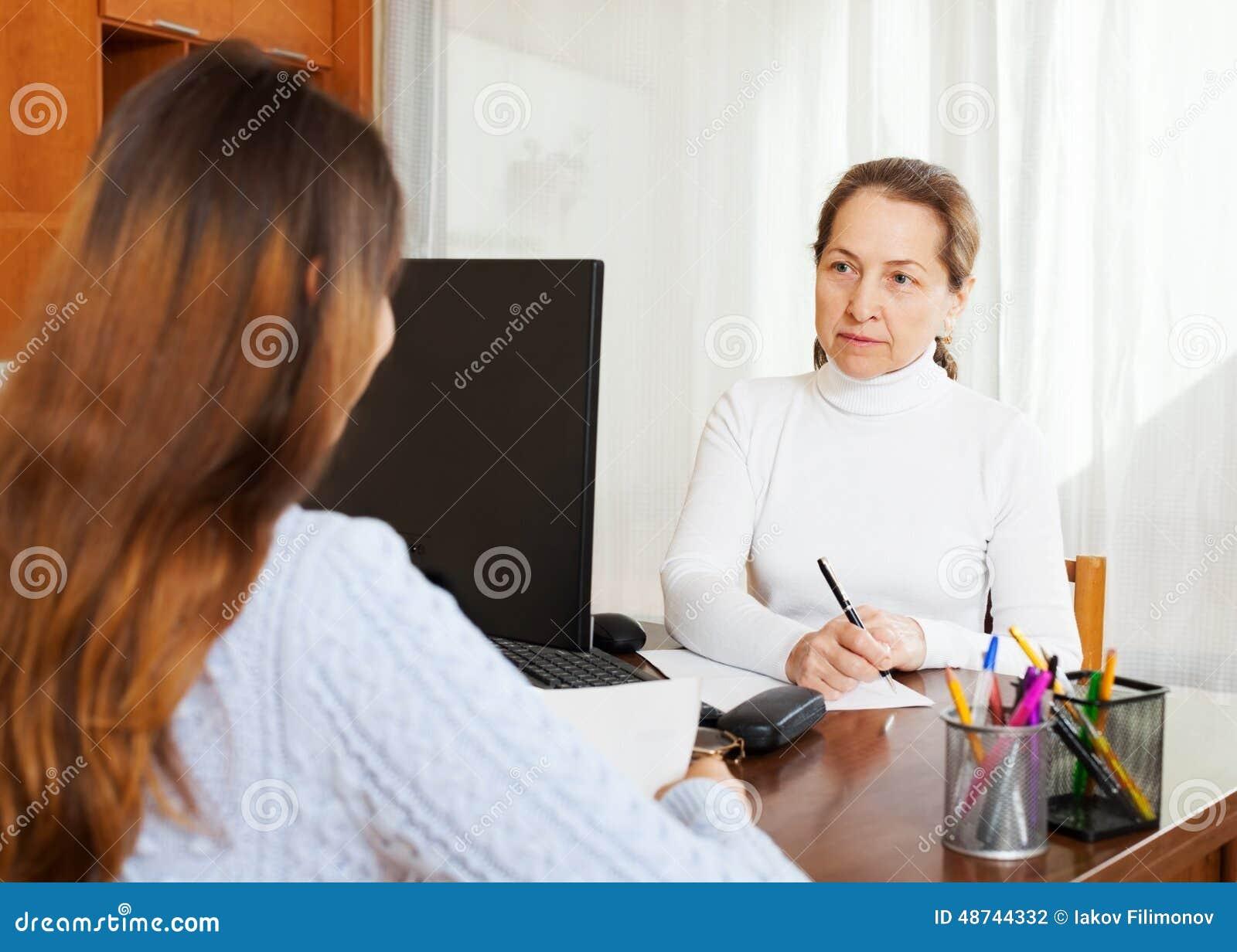 Вопросы о девушки отвечая работника с компьютером