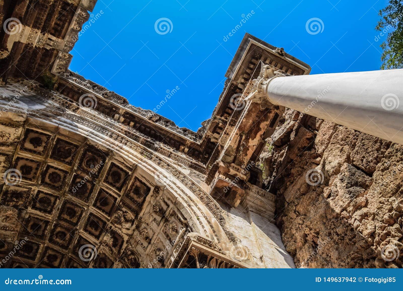 Ворота Адриана, ориентир Антальи, Турция Античная конструкция мраморного и
