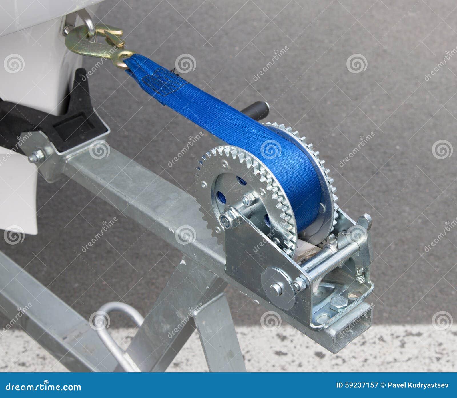 Ворот трейлера шлюпки с голубой веревочкой
