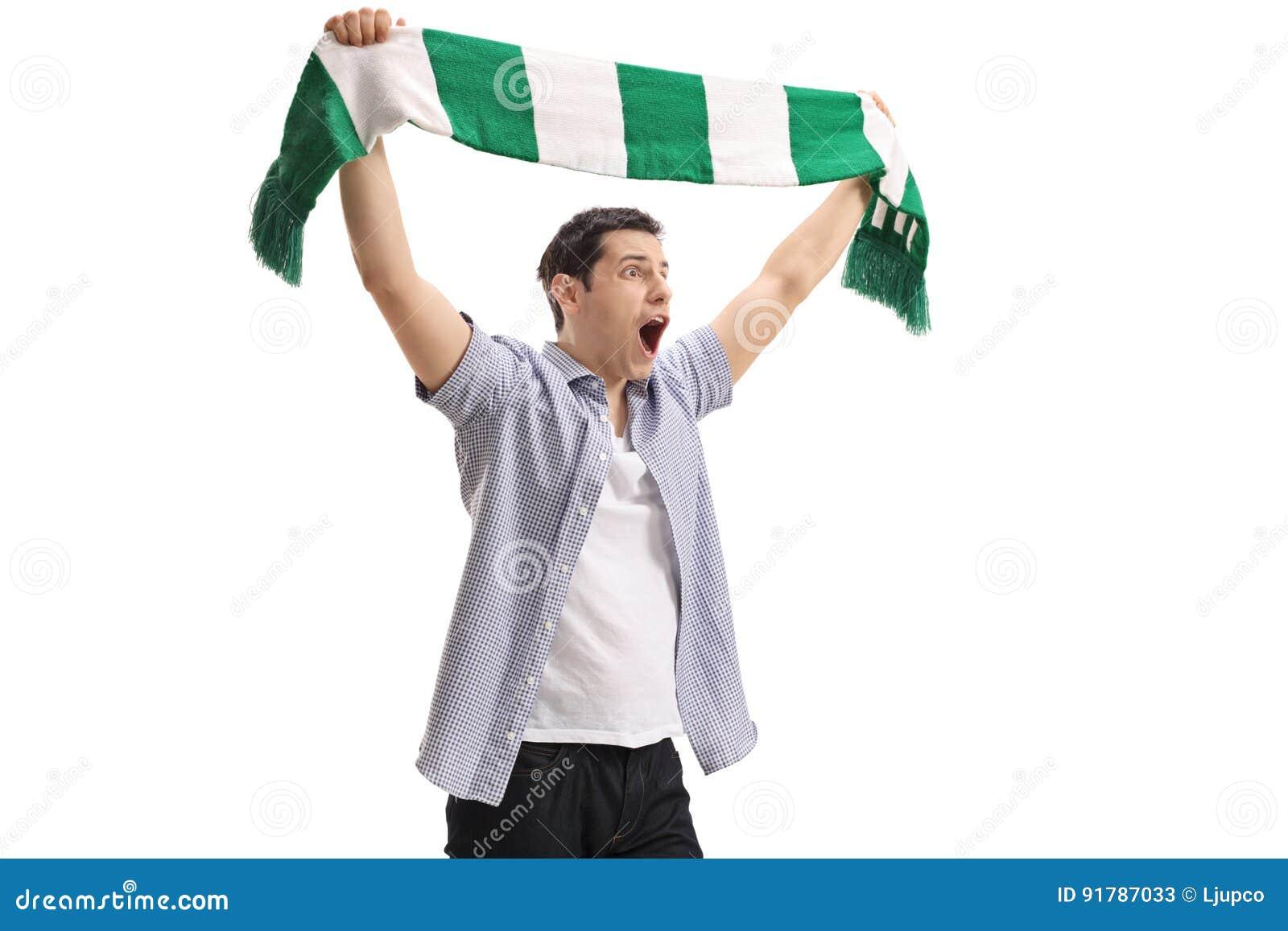 Восторженный футбольный болельщик держа шарф и веселить