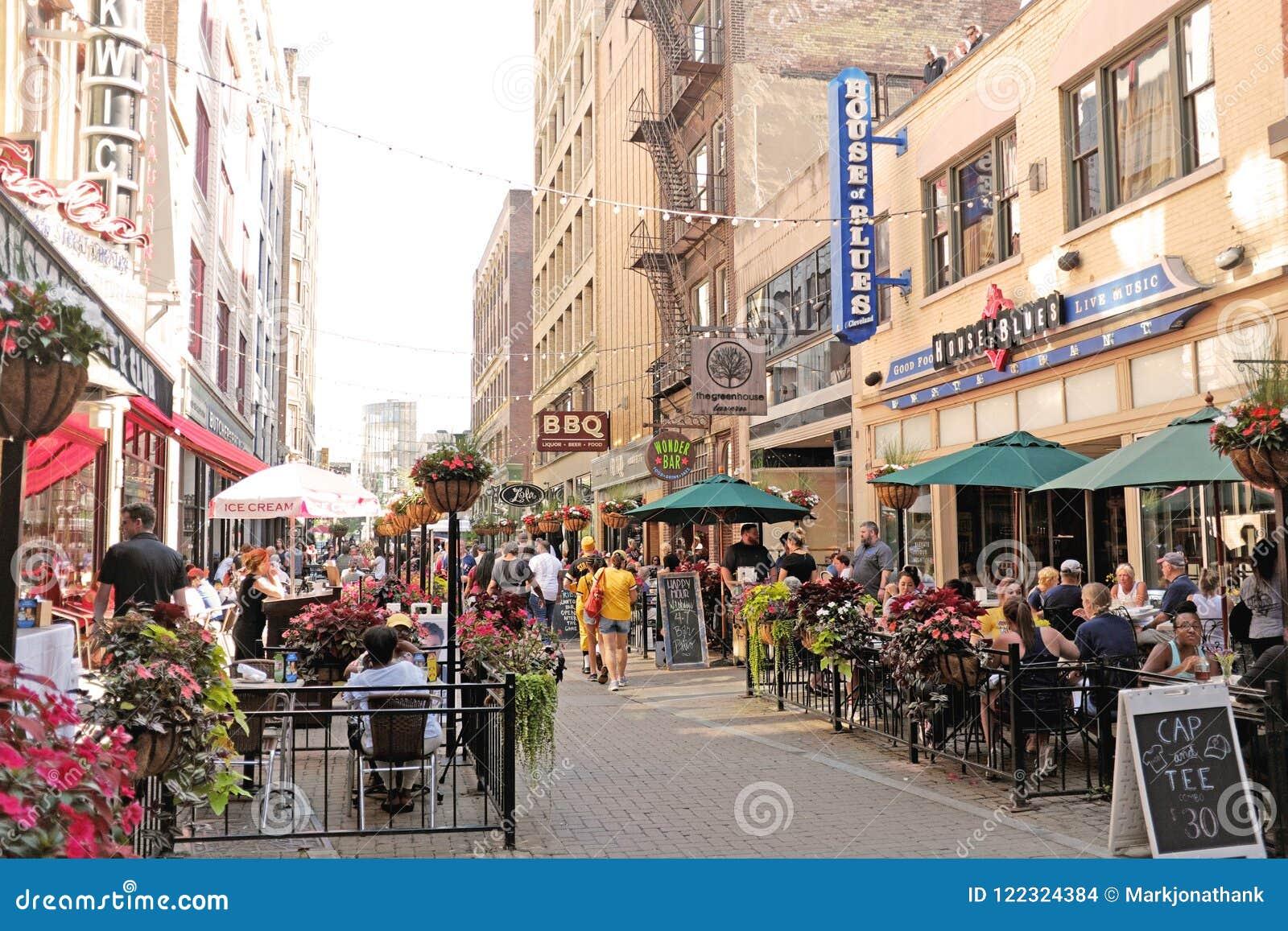Восточная 4-ая улица в городском Кливленд, Огайо заполнила с обедающими и пешеходами во время лета