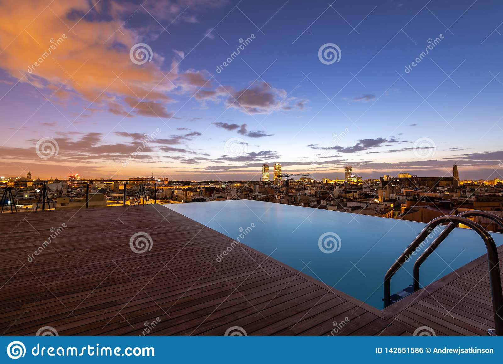 Восход солнца бассейна крыши верхний, Барселона