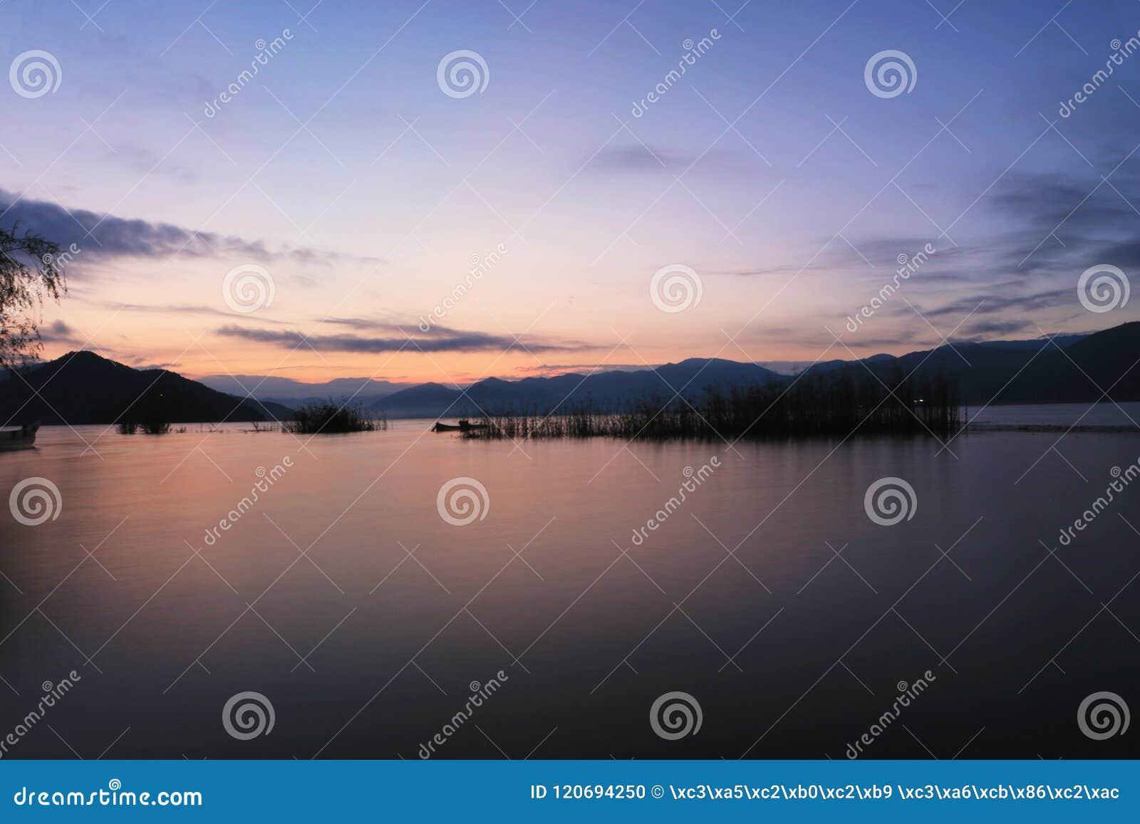 Восход солнца в озере lugu