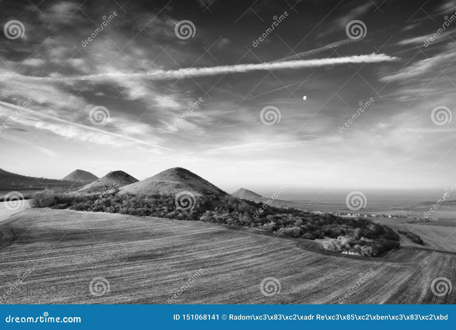 Восход солнца в центральных богемских гористых местностях, чехия