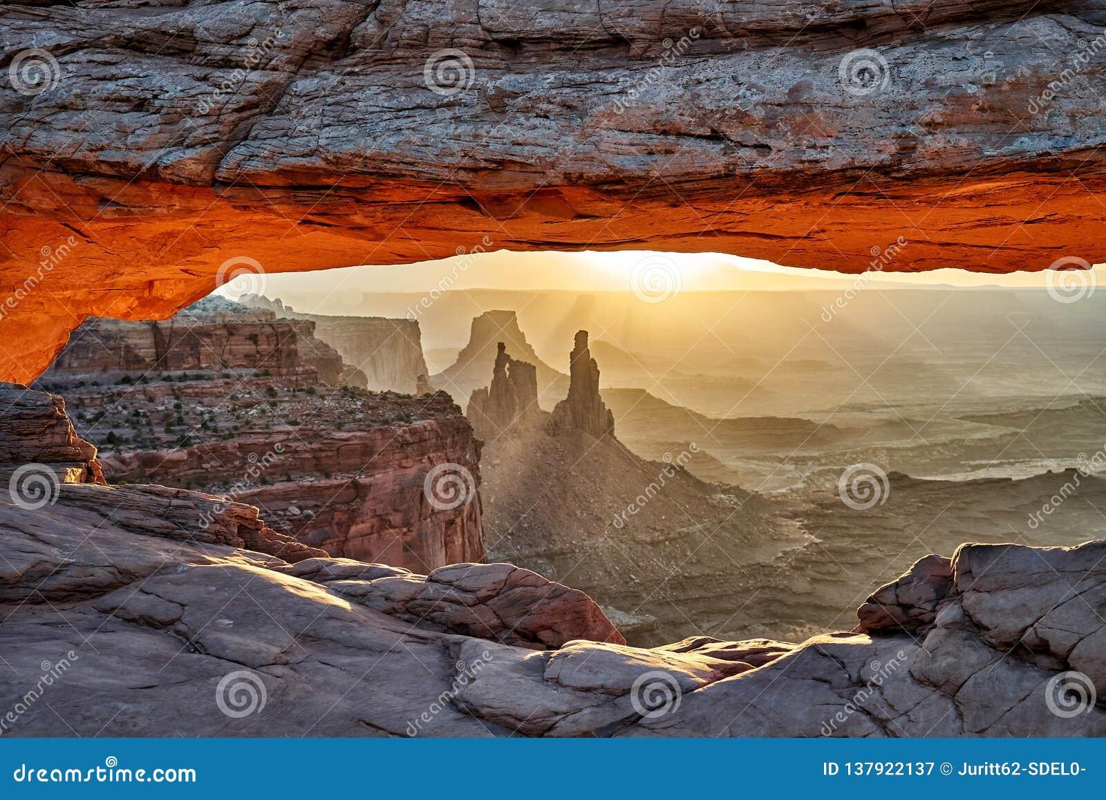 Восход солнца за сводом мезы в национальном парке Canyonlands