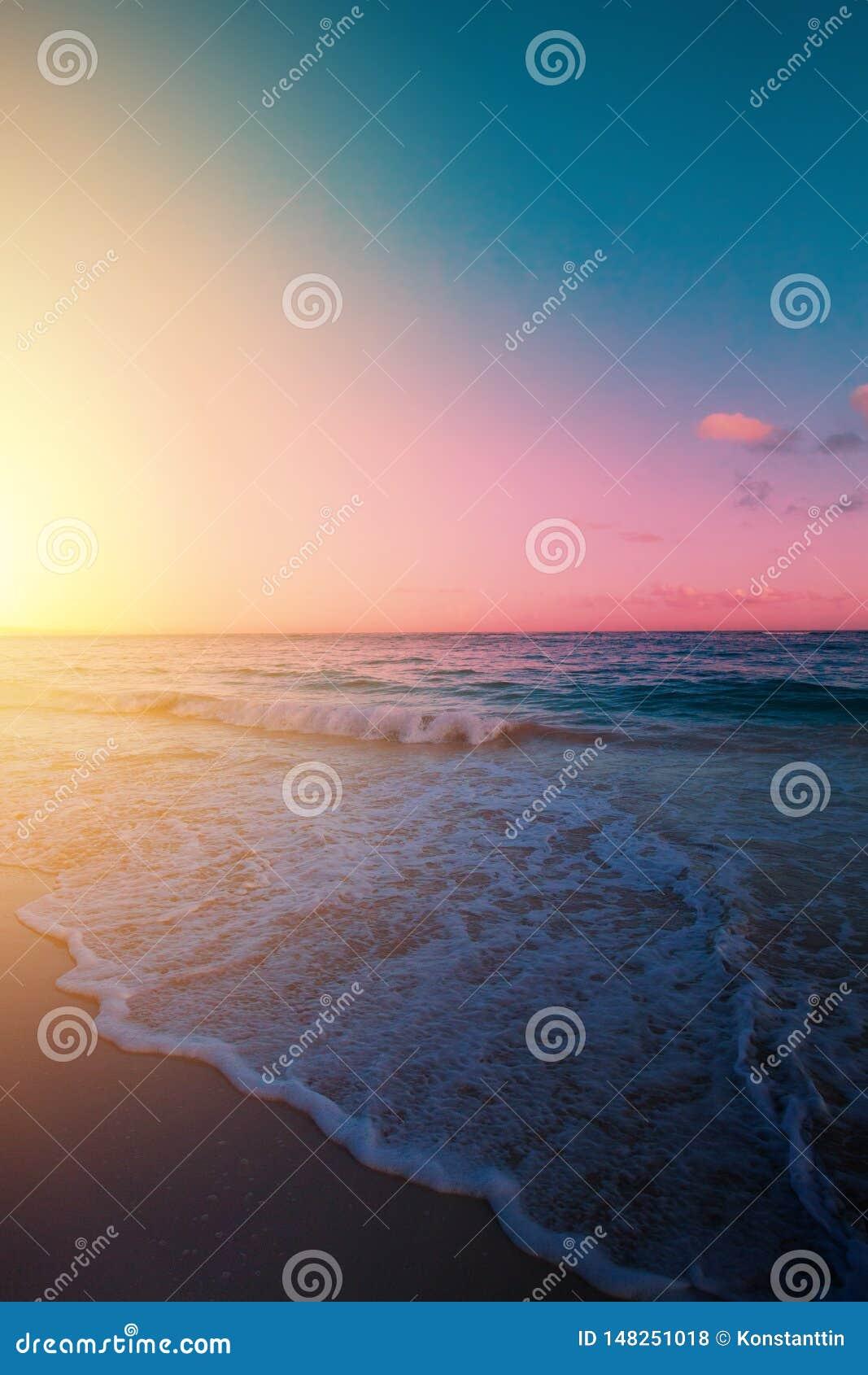 Восход солнца искусства красивый над тропическим пляжем; летние каникулы рая